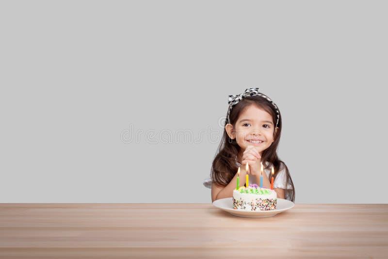 La muchacha linda hace un deseo en cumpleaños Fondo del feliz cumpleaños fotografía de archivo libre de regalías