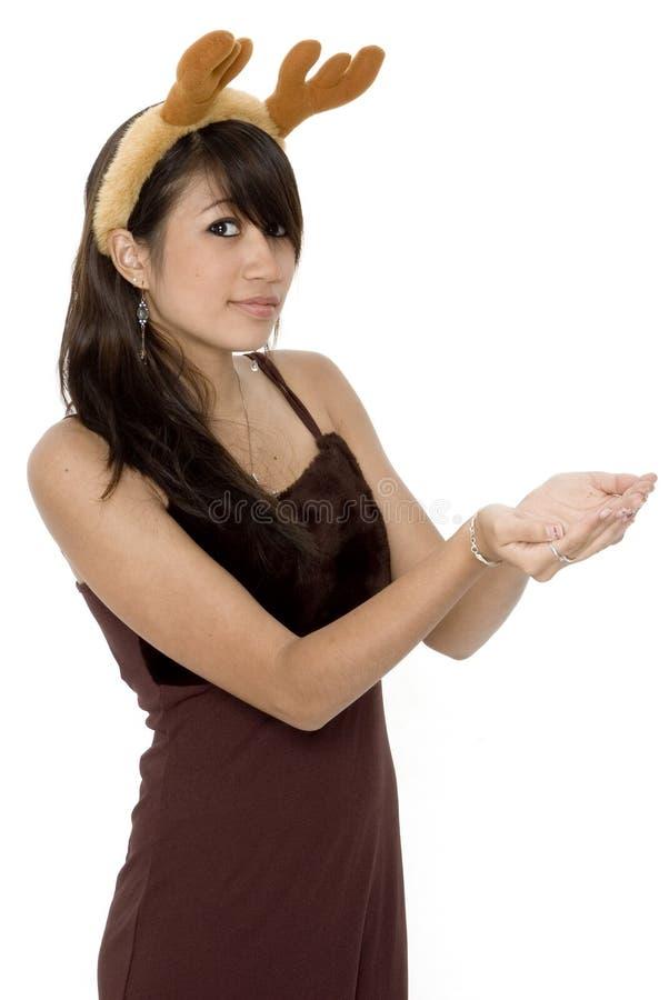 La muchacha linda que se sostiene hacia fuera da 2 fotografía de archivo