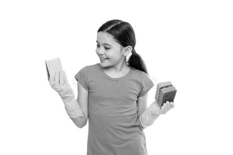 La muchacha lleva los guantes protectores para el fondo blanco de limpieza de las esponjas del control Deberes de la econom?a dom fotos de archivo libres de regalías