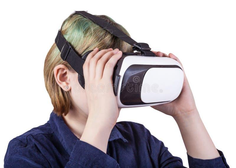 La muchacha lleva los vidrios de la realidad virtual aislados fotografía de archivo libre de regalías