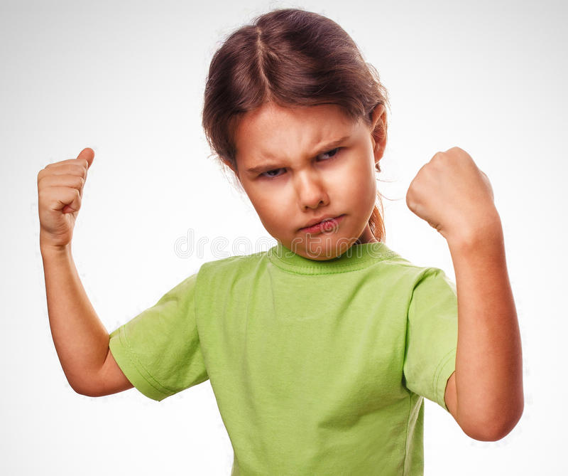 La muchacha malvada enojada muestra los puños que experimenta cólera y imagen de archivo libre de regalías