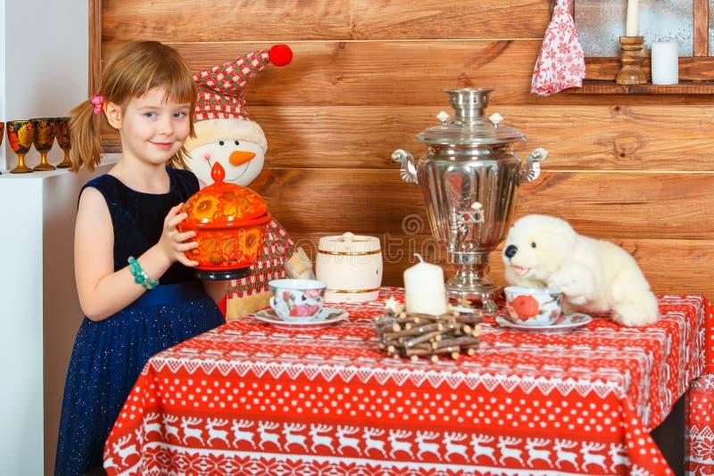 La muchacha Masha cocina las gachas de avena imagenes de archivo