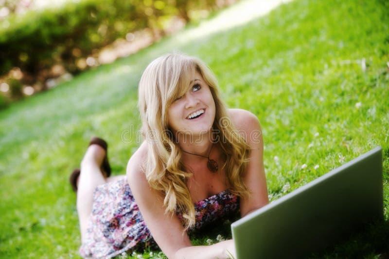 La muchacha mira al cielo imagen de archivo libre de regalías
