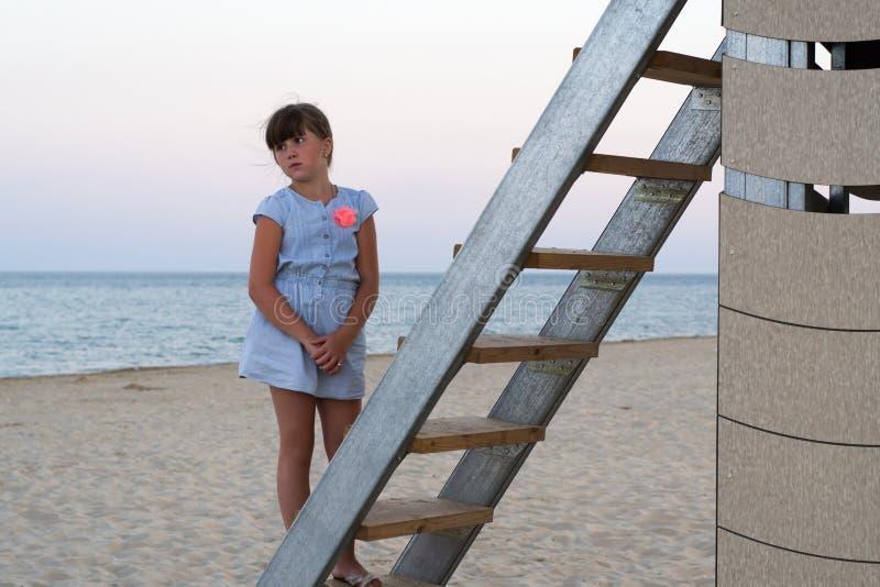 La muchacha mira el mar imagen de archivo libre de regalías