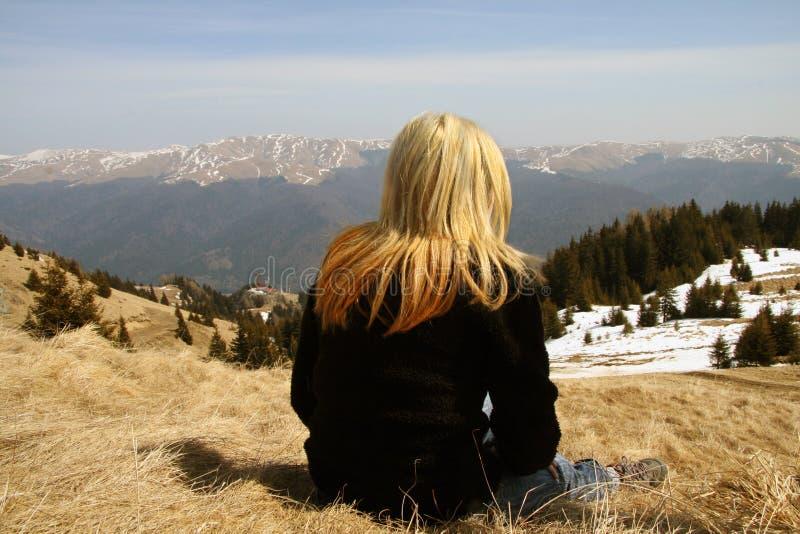 La muchacha mira fijamente el paisaje fotografía de archivo