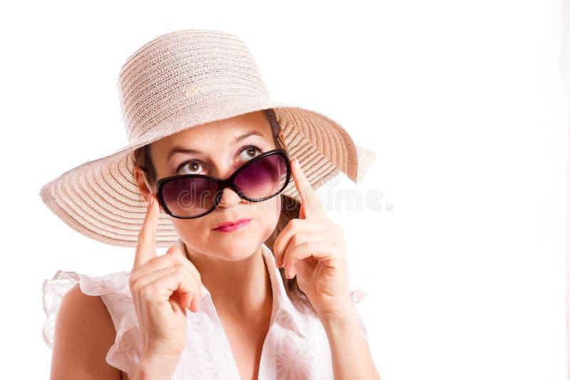 La muchacha mira para arriba las gafas de sol fotos de archivo