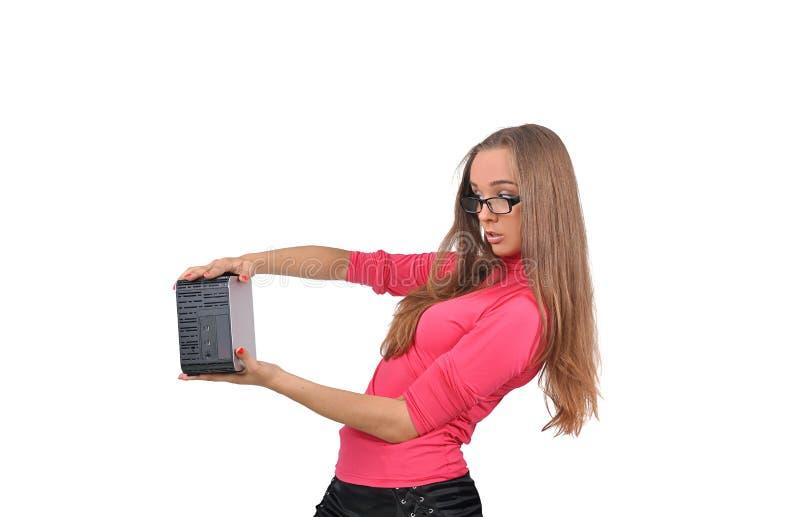 La muchacha mira un objeto en sus manos foto de archivo