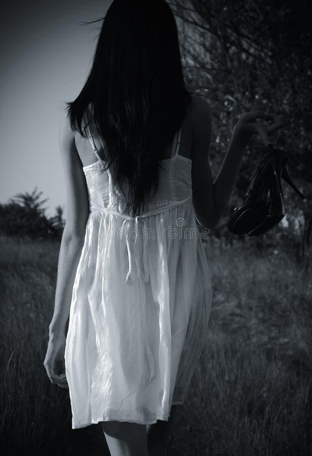 La muchacha misteriosa extraña en la alineada blanca fotos de archivo libres de regalías