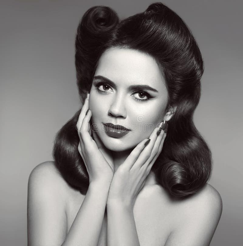 La muchacha modela retra con el rollo de la victoria encrespa el peinado Vitnag de la mujer fotografía de archivo
