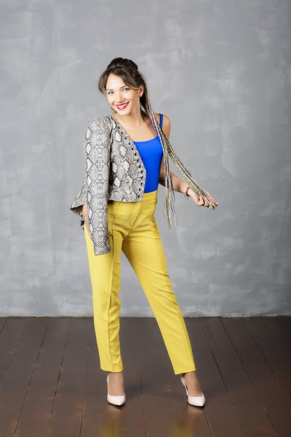La muchacha moderna hermosa lleva la ropa de moda imagen de archivo