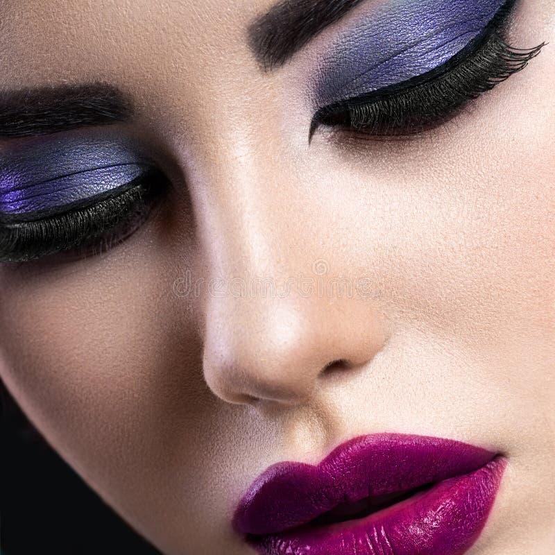 La muchacha morena hermosa con maquillaje árabe de la tarde y perfecciona imagen de archivo