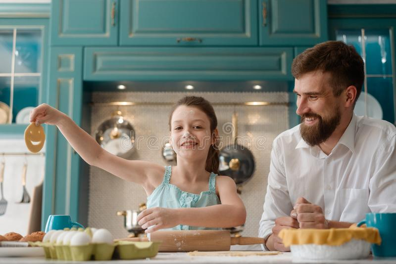 La muchacha muestra la galleta cruda de la sonrisa fotografía de archivo libre de regalías