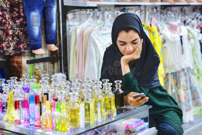 La muchacha musulmán iraní vende el agua de retrete, Shiraz, Irán fotos de archivo