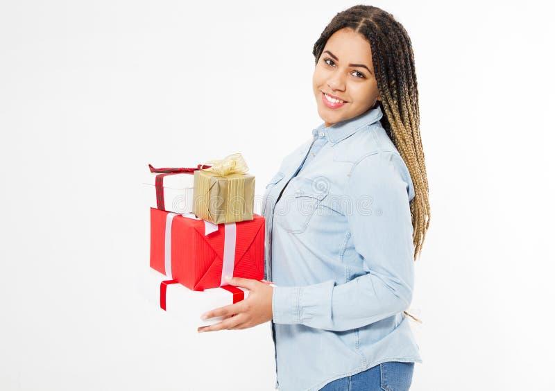 La muchacha negra feliz con los dreadlocks sostiene muchas cajas de regalo aisladas en el fondo blanco imagen de archivo libre de regalías