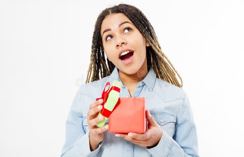 La muchacha negra feliz emocional con los dreadlocks abrió la caja de regalo aislada en blanco imagen de archivo