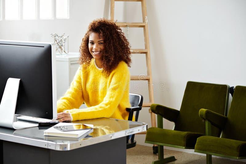 La muchacha negra hermosa joven trabaja en Ministerio del Interior imagen de archivo
