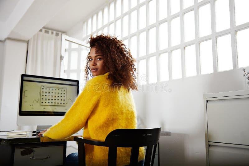 La muchacha negra hermosa joven trabaja en Ministerio del Interior foto de archivo