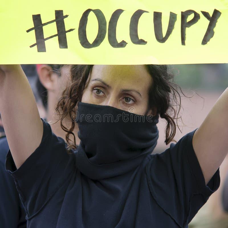 La muchacha no identificada en ocupa la marcha de los manifestantes del LA imagenes de archivo