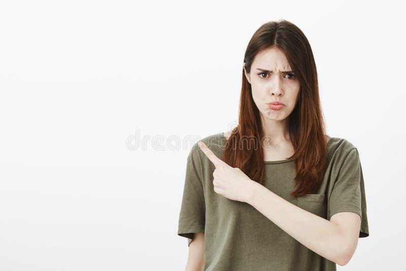La muchacha ofendida dice a los amigos que la insultaron Retrato de la mujer insatisfecha del trastorno, frunciendo el ceño y enf fotografía de archivo