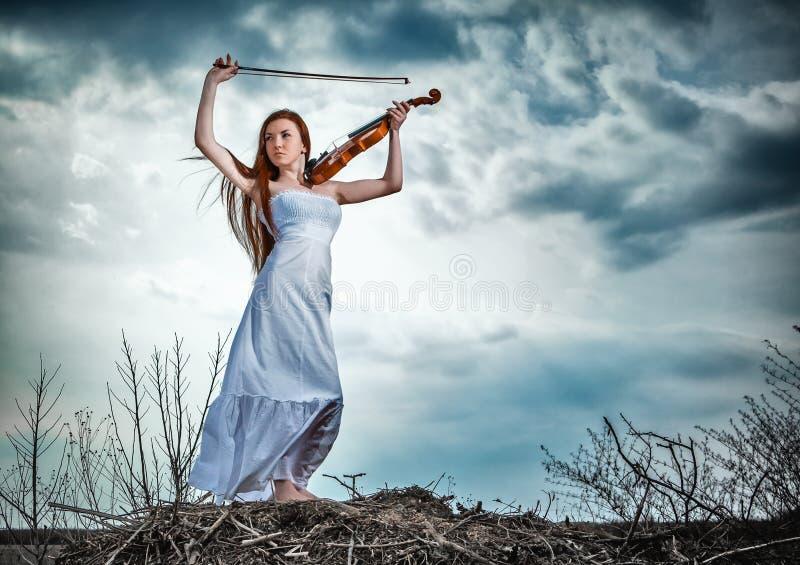La muchacha pelirroja con un violín imágenes de archivo libres de regalías