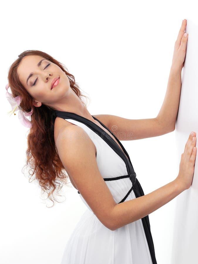 La muchacha pelirroja en una alineada blanca en un Ba blanco fotos de archivo libres de regalías