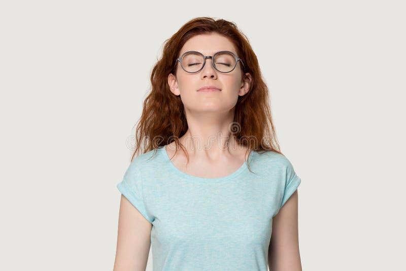 La muchacha pelirroja feliz respira el aire fresco que goza del olor imagen de archivo libre de regalías