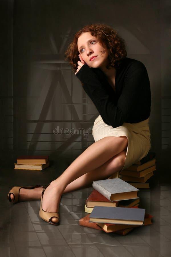 La muchacha pelirroja pensativa fotografía de archivo libre de regalías