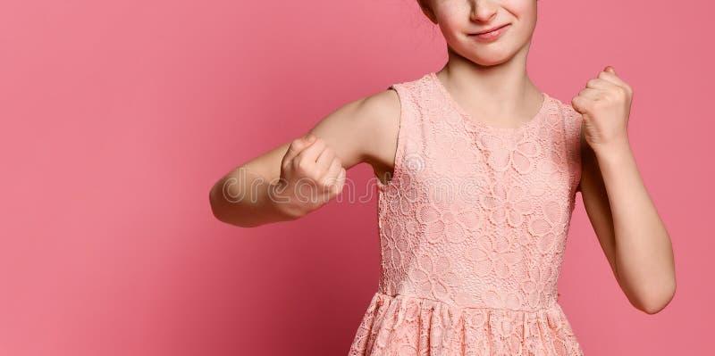 La muchacha pelirroja seria defiende sus puños con encajonado Expresión del concepto de las emociones y de las sensaciones imágenes de archivo libres de regalías