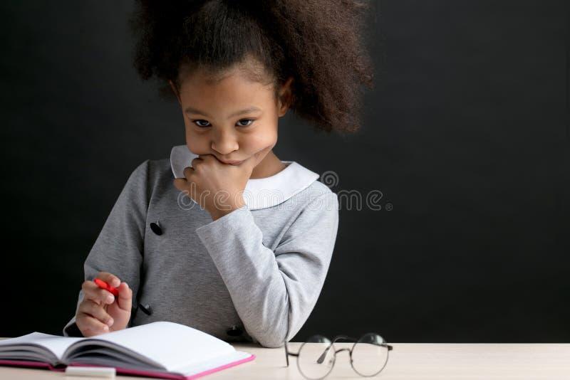 La muchacha pensativa de los metis está haciendo sumas foto de archivo