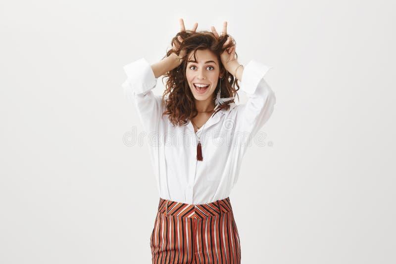 La muchacha prefiere mirar en la parte positiva de la vida Mujer emocionada apuesta feliz con el pelo rizado en blusa elegante y imagenes de archivo