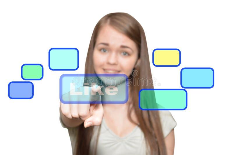 La muchacha presiona un botón virtual como fotos de archivo