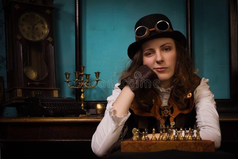 La muchacha punky del vapor juega a ajedrez imágenes de archivo libres de regalías