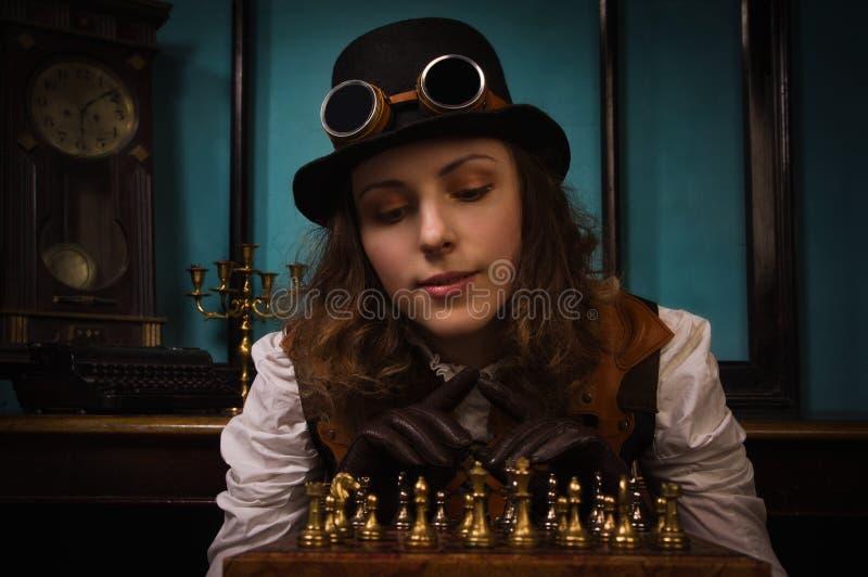 La muchacha punky del vapor juega a ajedrez fotografía de archivo