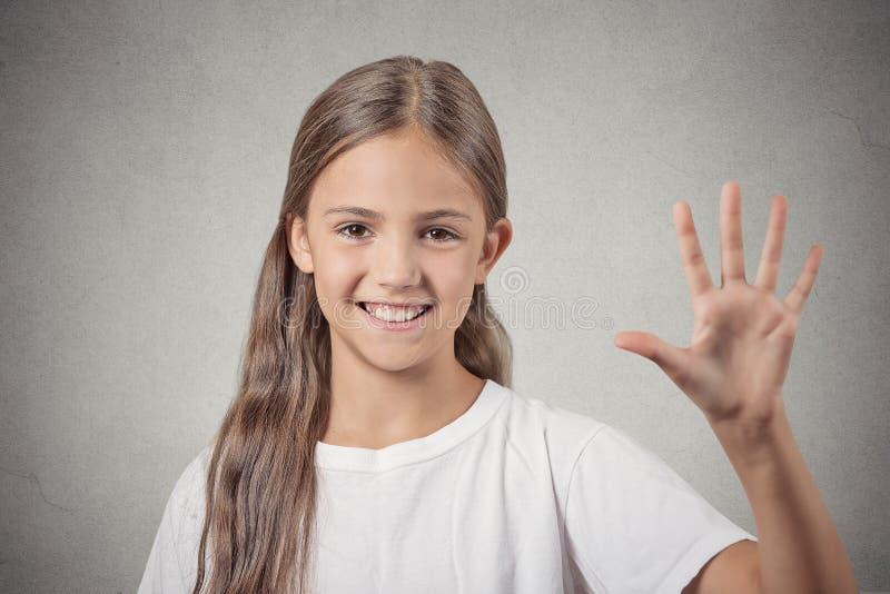 La muchacha que hace cinco veces firma gesto con la mano foto de archivo