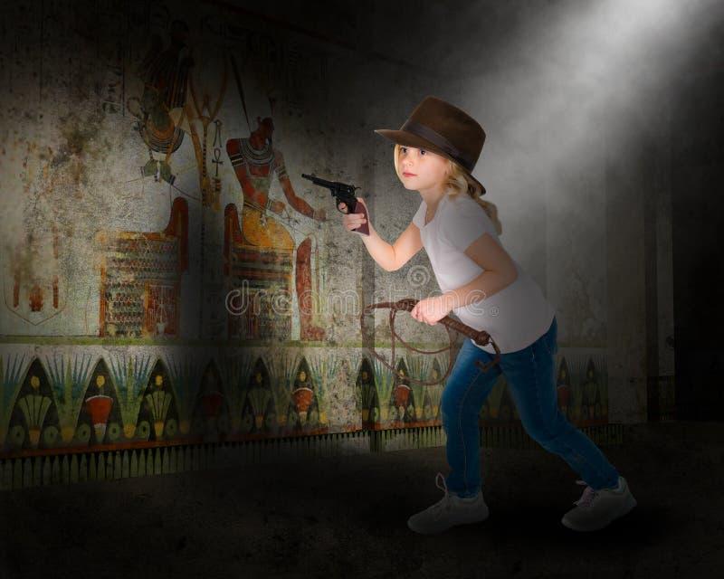 La muchacha que juega la aventura, imaginación, diversión, hace para creer foto de archivo libre de regalías