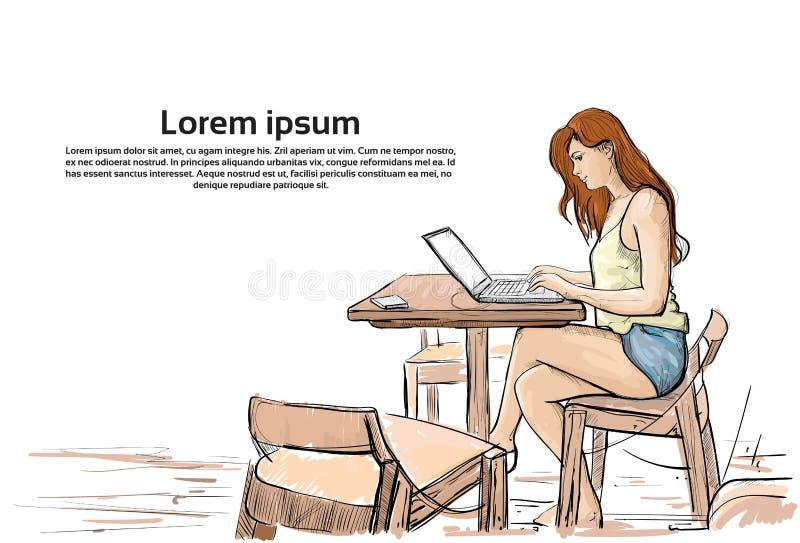 La muchacha que mecanografía en el ordenador portátil, bosqueja a la mujer joven que charla la sentada en línea en interior de la libre illustration