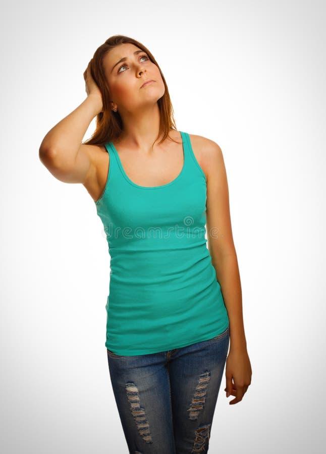 La muchacha que mira a la mujer para arriba que frunce el ceño piensa a las mujeres imagen de archivo libre de regalías