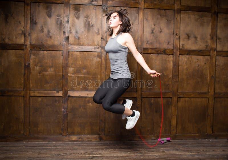 La muchacha que salta en cuerda que salta imagen de archivo libre de regalías