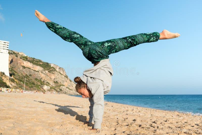 La muchacha que salta en la playa imágenes de archivo libres de regalías