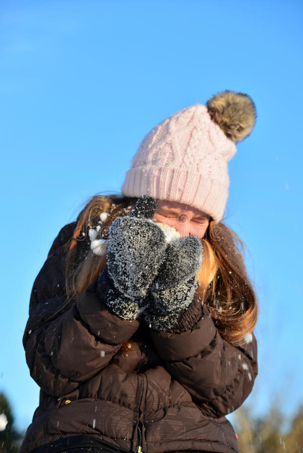 La muchacha ríe en invierno de la nieve imágenes de archivo libres de regalías
