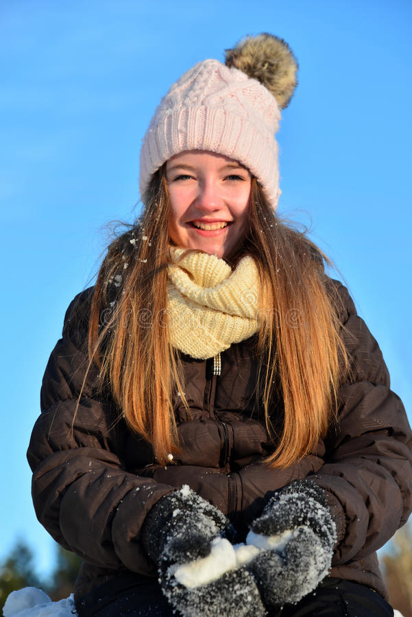 La muchacha ríe en invierno de la nieve imagenes de archivo