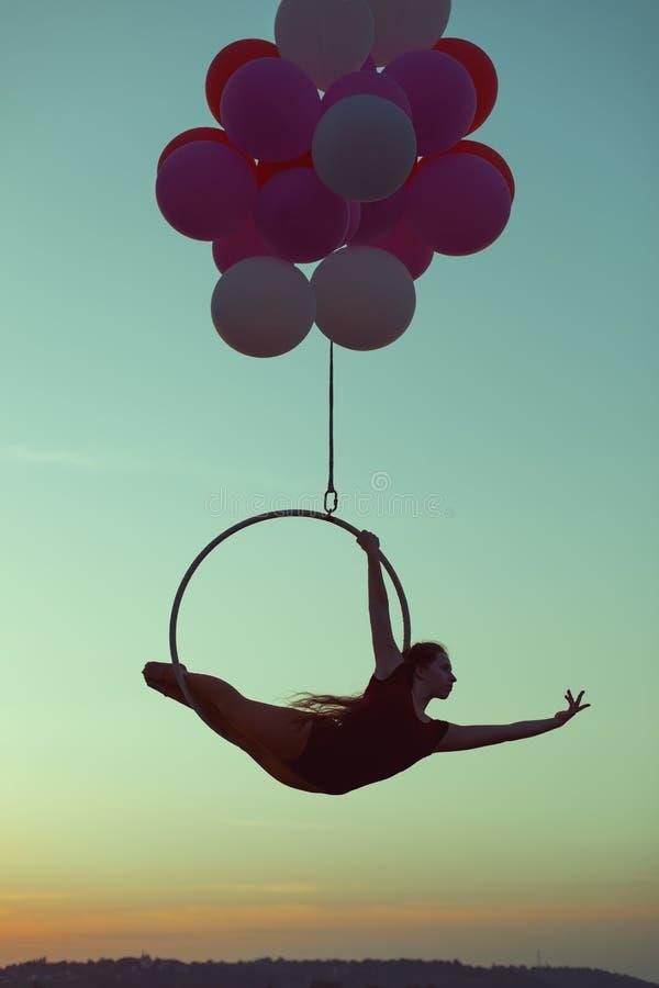 La muchacha realiza trucos acrobáticos imágenes de archivo libres de regalías