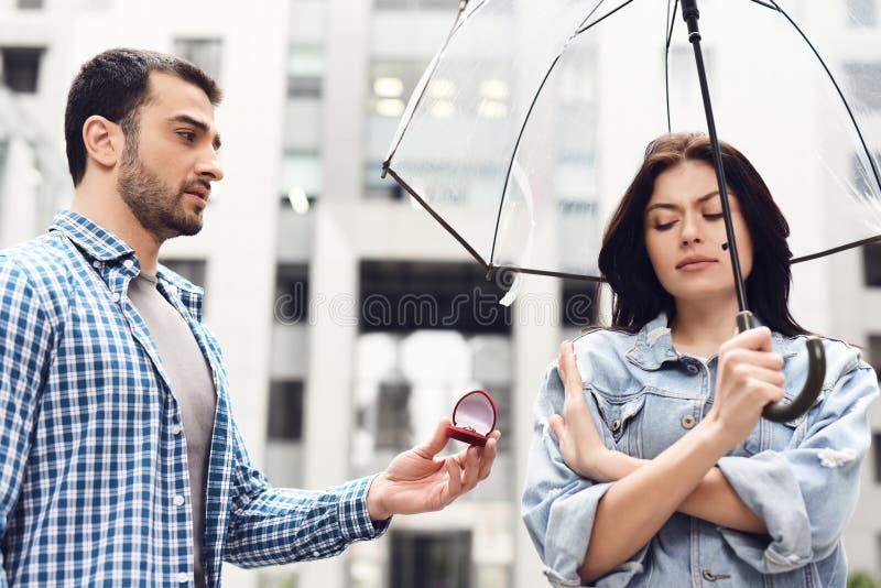 La muchacha rechaza al muchacho en la propuesta de matrimonio imagen de archivo libre de regalías
