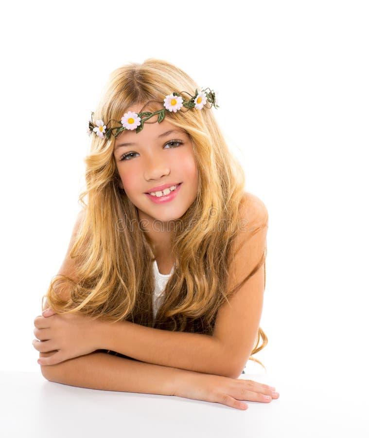 La muchacha rubia de los niños con el resorte florece la corona imagen de archivo