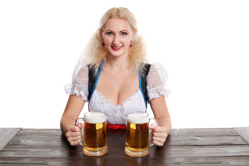 La muchacha rubia joven hermosa bebe fuera del stein más oktoberfest de la cerveza imagen de archivo libre de regalías