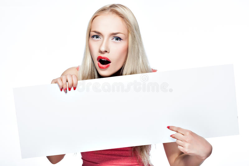 La muchacha rubia muestra el cartel. fotos de archivo