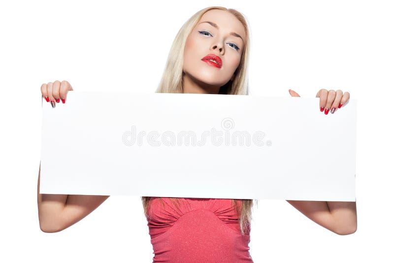 La muchacha rubia muestra el cartel. fotografía de archivo