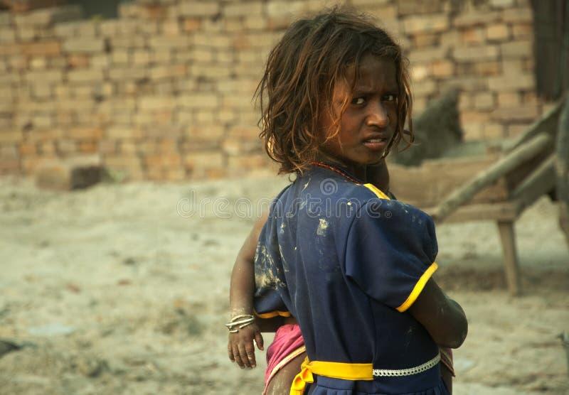 La muchacha rural india está mirando la cámara fotos de archivo