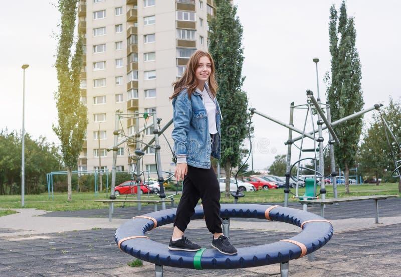 La muchacha sana del adolescente está jugando haciendo deportes en el patio fotos de archivo