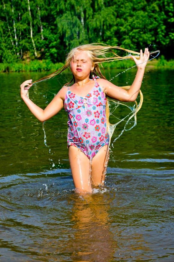 La muchacha se baña foto de archivo libre de regalías